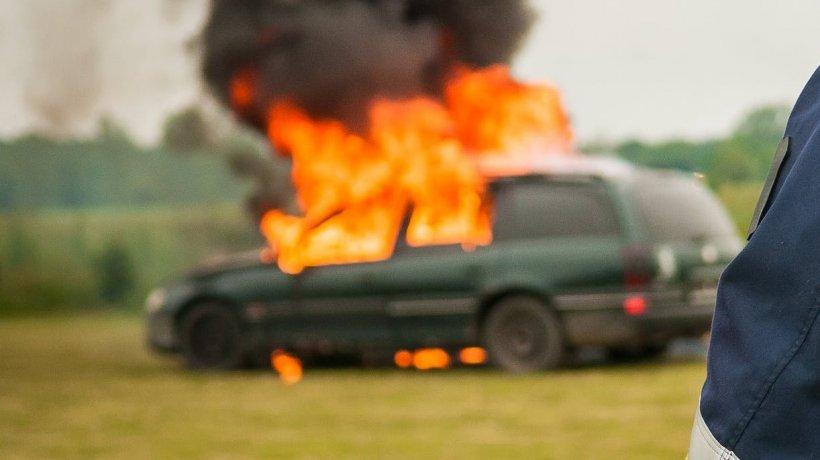 Mașină, cuprinsă de flăcări uriașe. Incidentul a avut loc în Bacău