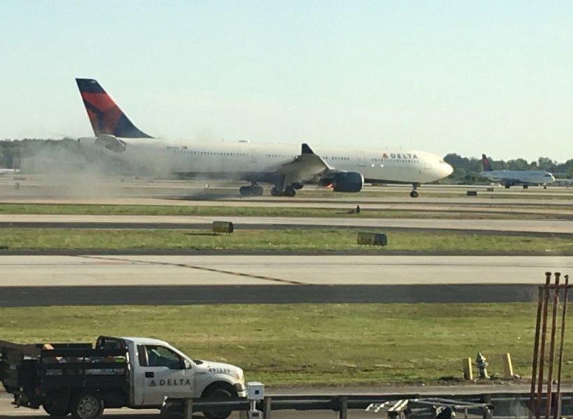 Panică la bordul unei aeronave cu 274 de pasageri. Un motor al avionului a luat foc la scurt timp după decolare