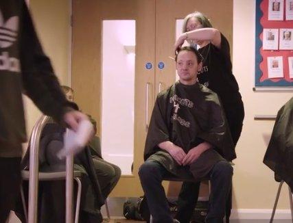 Un om al străzii a intrat în frizerie și s-a așezat pe scaun. Ce a urmat este uluitor. Imediat a izbucnit în lacrimi