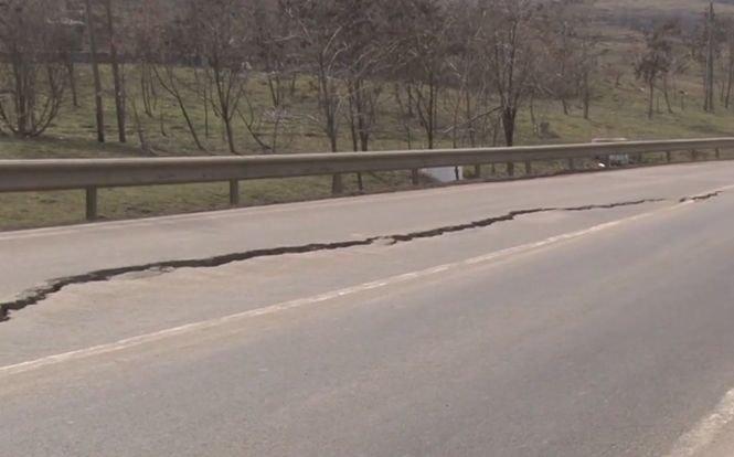 Cum s-a rupt în două un drum din România reabilitat de curând