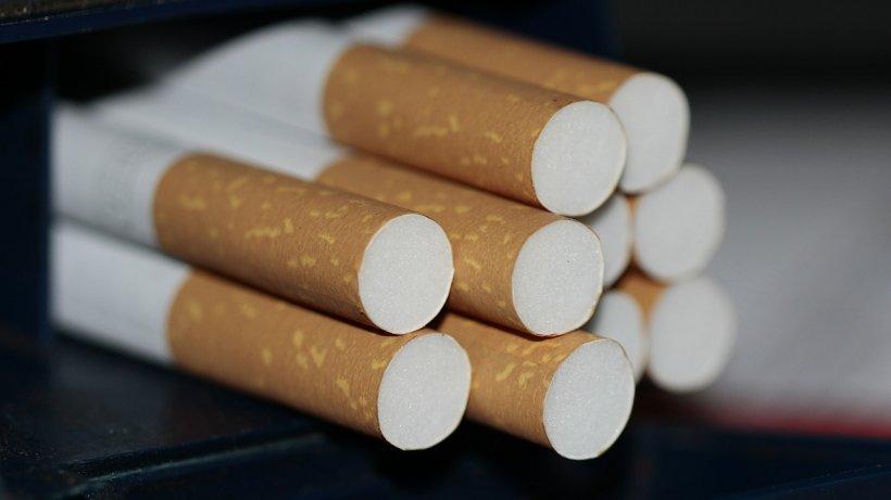 Botoşănean, prins de poliţiştiiîn timp ce incendia ţigări de contrabandă