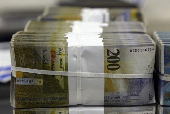 Moneda care a lovit românii cu credite în criză scade masiv