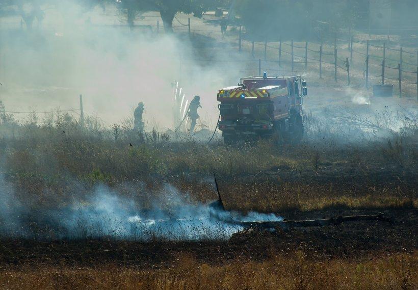 O cisternă plină cu vin s-a răsturnat pe Autostrada Sibiu - Orăştie şi a luat foc. Traficul în zonă a fost complet blocat