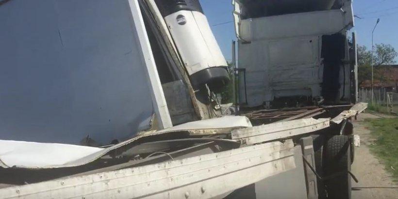 Un tren cu 400 de pasageri a lovit un TIR, între Timișoara și București (VIDEO)