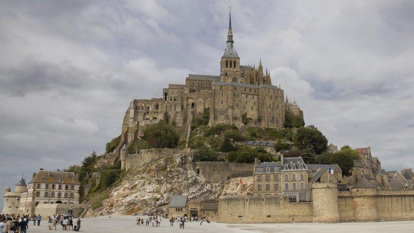 Cea mai mare atracţie turistică din Franţa a fost evacuată. Un bărbat a ameninţat poliţiştii