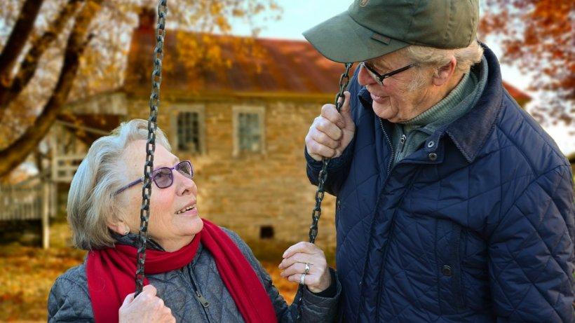 Motivul pentru care oamenii în vârstă sunt mai fericiţi decât tinerii