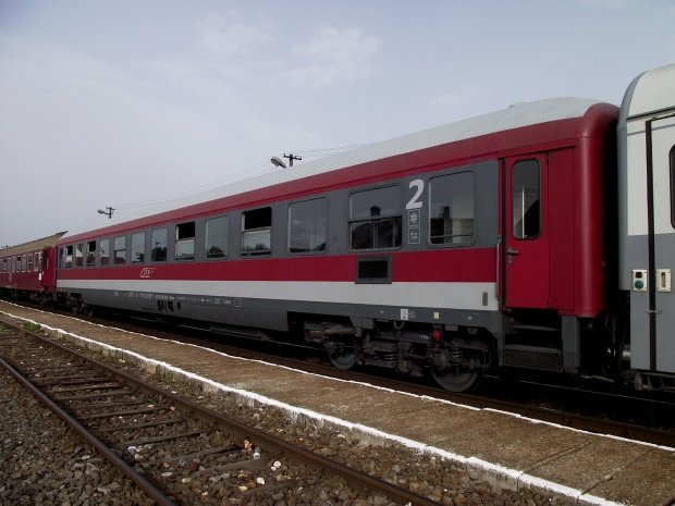 Accident grav în Timiș. Un tren plin cu călători a lovit o maşină