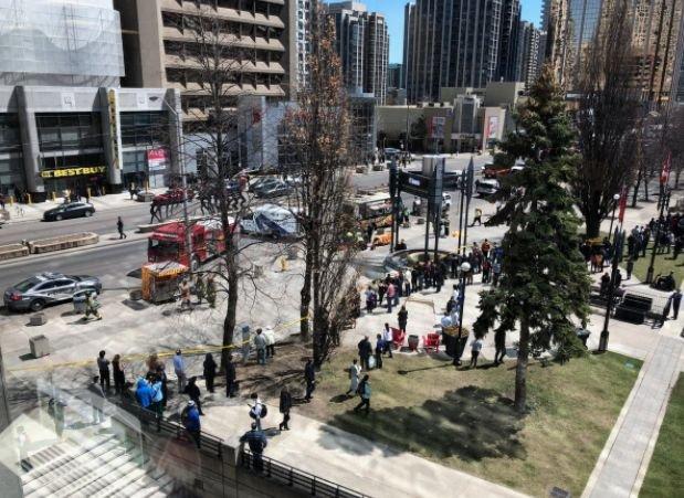 Alertă în Toronto. O dubă a intrat în pietoni: două persoane au murit. Șoferul a fost reținut de poliție
