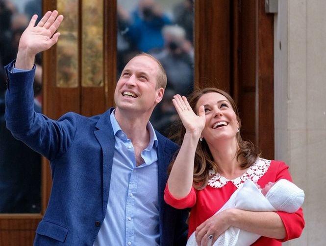 Ducele şi ducesa de Cambridge l-au prezentat public pe cel mai mic membru al familiei regale. Numele prinţului va fi anunţat în curând