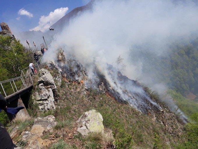 Incendiu puternic lângă Cetatea Poenari. Traficul pe Transfăgărășan este oprit