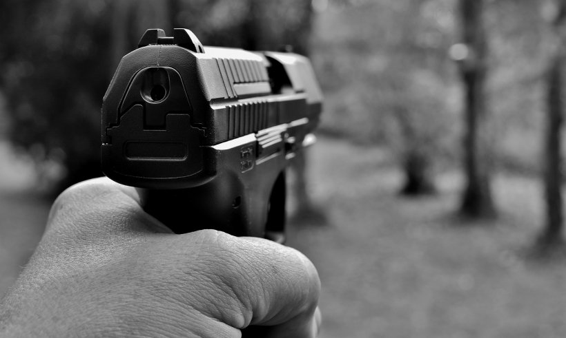 Incident șocant. O mama și-a omorât fiica de doi ani după ce a împușcat-o din greșeală