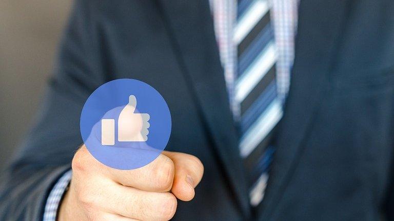 Cum decide Facebook ce conţinut să şteargă şi ce utilizatori să blocheze