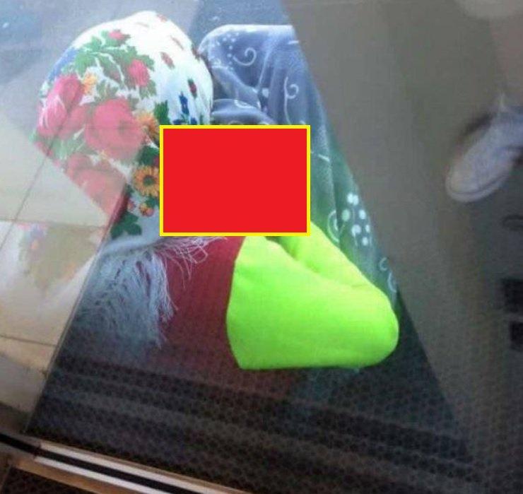 Foto-șoc! Ce ascunde această cerșetoare sub haine. Mai dai bani cerșetorilor?
