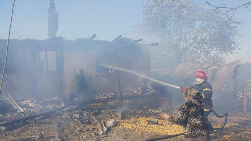 Incendiu puternic în Bacău. Mai multe case și adăposturi de animale au fost cuprinse de flăcări