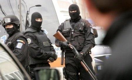 Trei angajați ai Spitalului Județean Bistrița, ridicați de mascați. Sunt acuzați că i-au furat 12.000 de euro unui tânăr