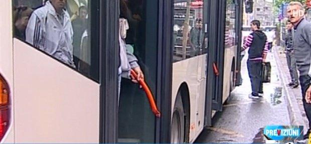Caz revoltător în Capitală! Bebeluș, prins între ușile autobuzului. Reacția RATB