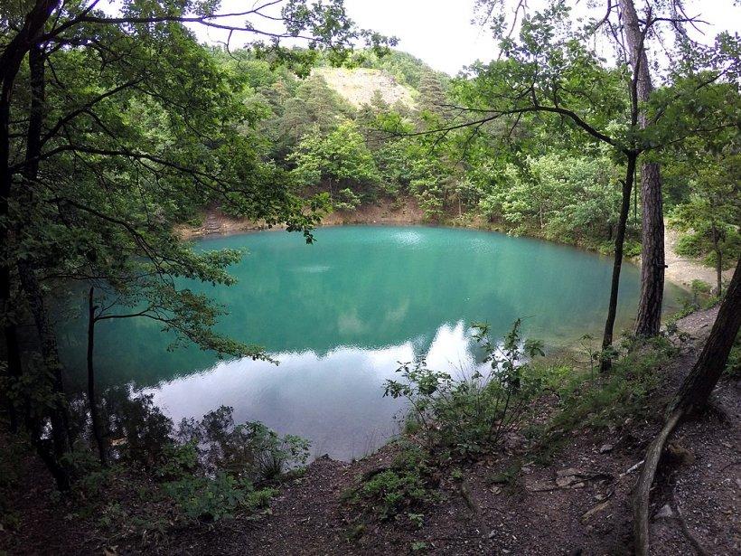 DESTINAȚIE 1 MAI. Lacul din România care este unic în Europa. Îşi schimbă culoarea în funcţie de anotimp