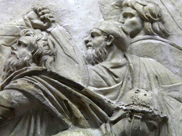 Detaliul cu Decebal de pe Columna lui Traian pe care puţini l-au sesizat, deşi e acolo de peste 1900 de ani