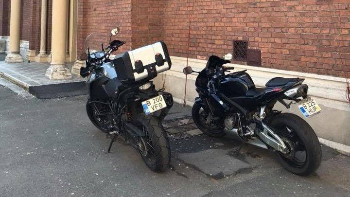 """Mostră de """"bun-simț"""": Motociclete parcate sub zidurile catedralei Sfântul Iosif"""