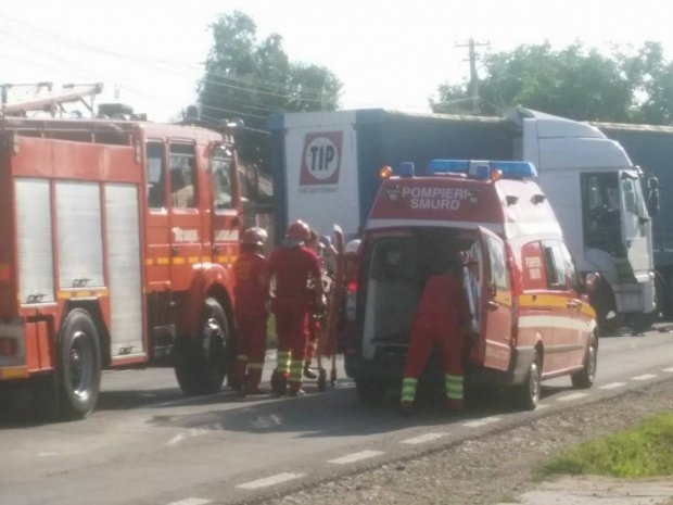 Pericol de explozie în Pasul Tihuţa. Un TIR cu azotat de amoniu a luat foc
