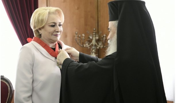 """Viorica Dăncilă a primit """"Crucea Sfântului Mormânt"""" de la Patriarhul Ierusalimului"""