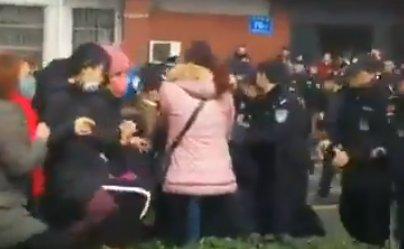 Atac cu cuțitul lângă o școală. Șapte oameni au murit
