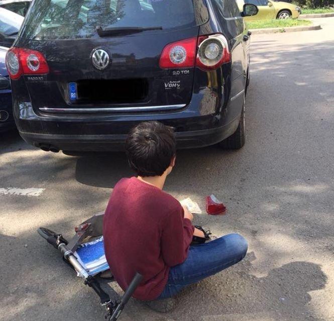 Ce a făcut un copil după ce a zgâriat o maşină cu trotineta. Proprietarul i-a mulţumit cu lacrimi în ochi pentru lecția de viață