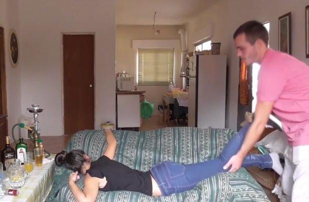 VIDEO. Această tânără s-a îmbătat şi a adormit pe canapea, iar un bărbat a început să o dezbrace. E incredibil ce s-a întâmplat după aceea
