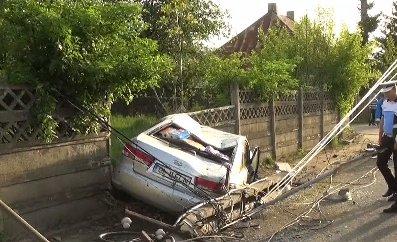 Accident rutier în Bistrița Năsăud, în urma căruia un stâlp de electricitate a căzut pe șosea. Șapte persoane implicate