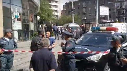 Jaf armat la o bancă, comis de un colonel din Poliţie. Bărbatul aucis doi paznici - VIDEO