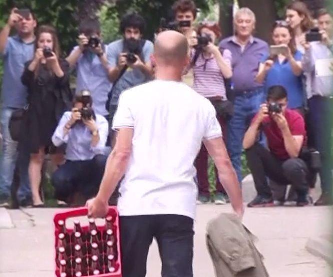 Liviu Dragnea l-a întâlnit pe internautul care a pierdut pariul cu el. Bărbatul a adus o ladă cu bere, liderul PSD oferind micii - VIDEO