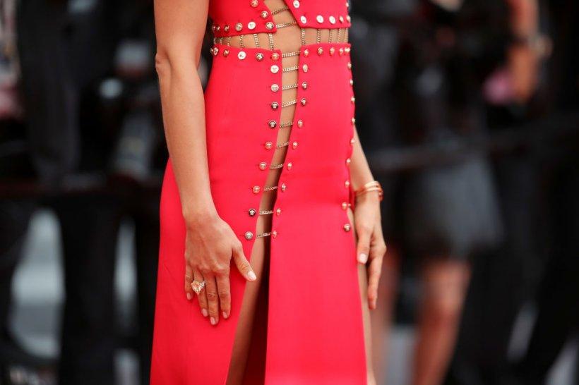 WOW! A venit la Cannes pe covorul roșu fără lenjerie și cu rochia decupată total. Cine e vedeta care a întrecut orice limită