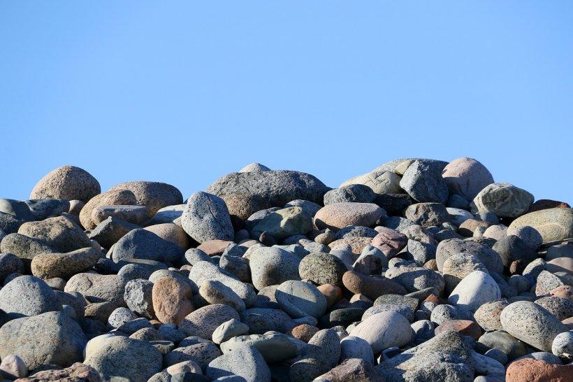 O femeie cu unsprezece soți a fost bătută cu pietre până a murit