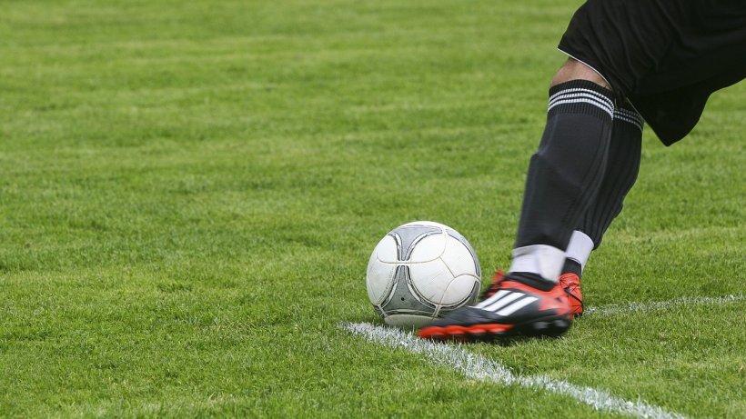 Un fotbalist român a fost accidentat grav în timpul meciului. A rămas inconștient pe gazon