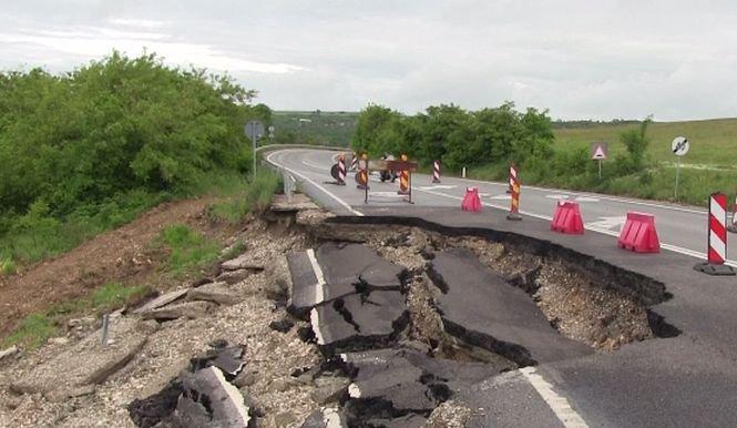Crater uriaș pe un drum naţional din România. Şoseaua s-a surpat pe o distanţă de câţiva metri - VIDEO