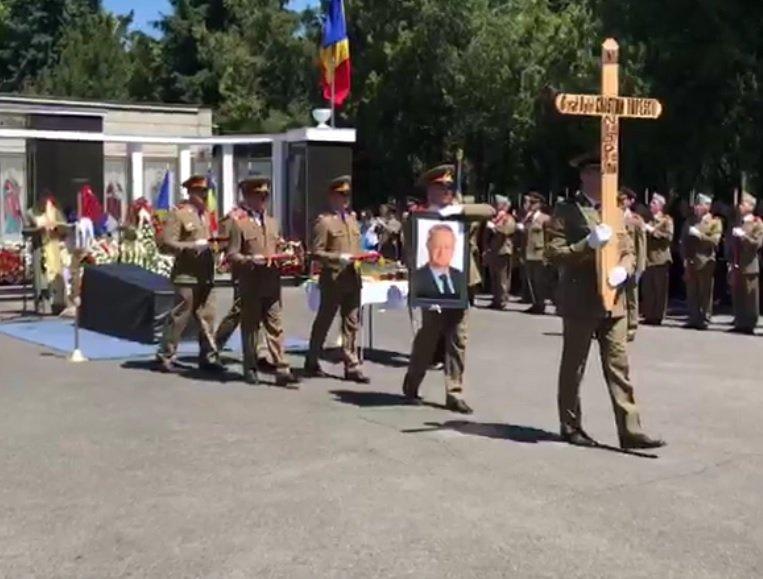 Gestul tulburător făcut de un bărbat la înmormântarea lui Cristian Ţopescu