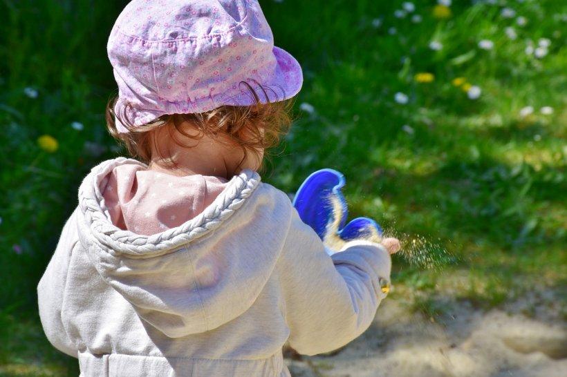 Tragedie în Arad. O fetiţă a sfârşit spânzurată cu gluga de la hanorac, după ce s-a agăţat din greşeală într-un gard