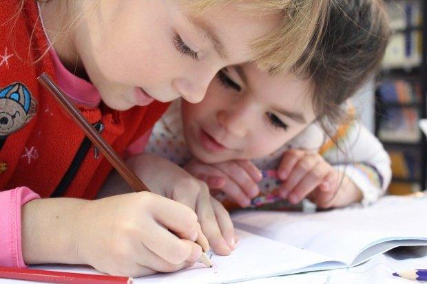 Un nou scandal în învățământ. Părinţii mai multor copii dintr-o școală din Pitești reclamă că o elevă îi bate zilnic pe cei mici