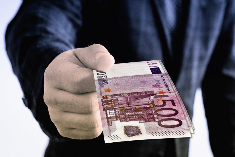 CURS VALUTAR. Cât a ajuns să coste un euro. Vești bune pentru milioane de români
