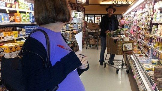Era într-un supermarket din București aproape de ora închiderii, când a văzut o femeie însărcinată în pijama și cu un ochi vânăt. Când a fost întrebată dacă este bine, tânăra a izbucnit în lacrimi și… Este uluitor ce a urmat