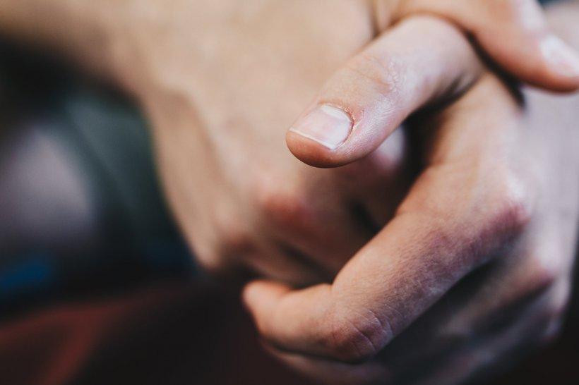 Un gest inofensiv are în spate afecţiuni mentale periculoase. Mulți adulți și copii au acest obicei