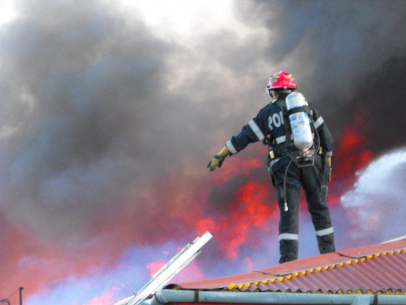 Zeci de persoane evacuate dintr-un mall din centrul Buzăului, în urma unui incendiu