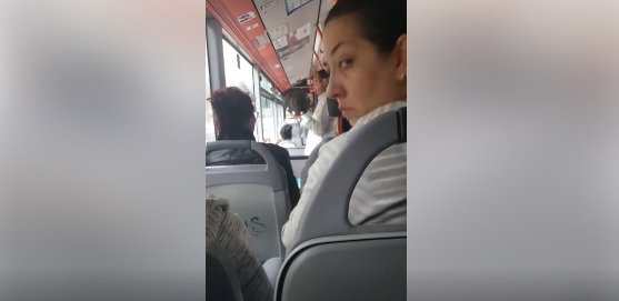 Erau într-un troleu din București când au văzut un bărbat în plină acțiune. Nu le-a venit să creadă ce face