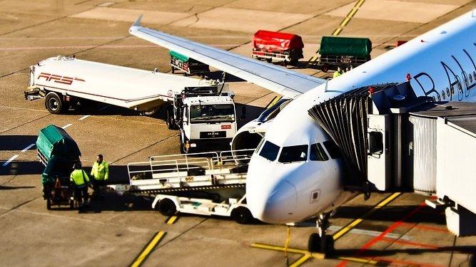 Incident pe Aeroportul din Sibiu. Pasager străin, resuscitatdupă ce a coborât din avion