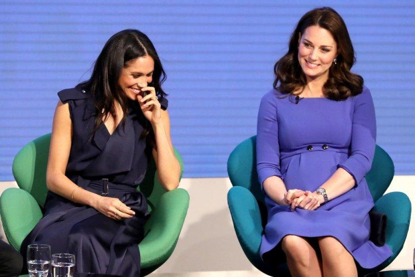 De ce este obligată Meghan să se încline în fața cumnatei Kate Middleton? Ce reguli stricte trebuie să respecte!