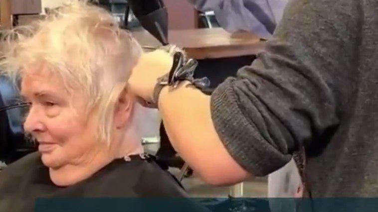 A intrat în frizerie și a văzut o bătrână stând pe scaun. De ea s-a apropiat coafeza, dar și soțul femeii...Ce a urmat este de-a dreptul incredibil. Toți cei prezenți au început să plângă (VIDEO)