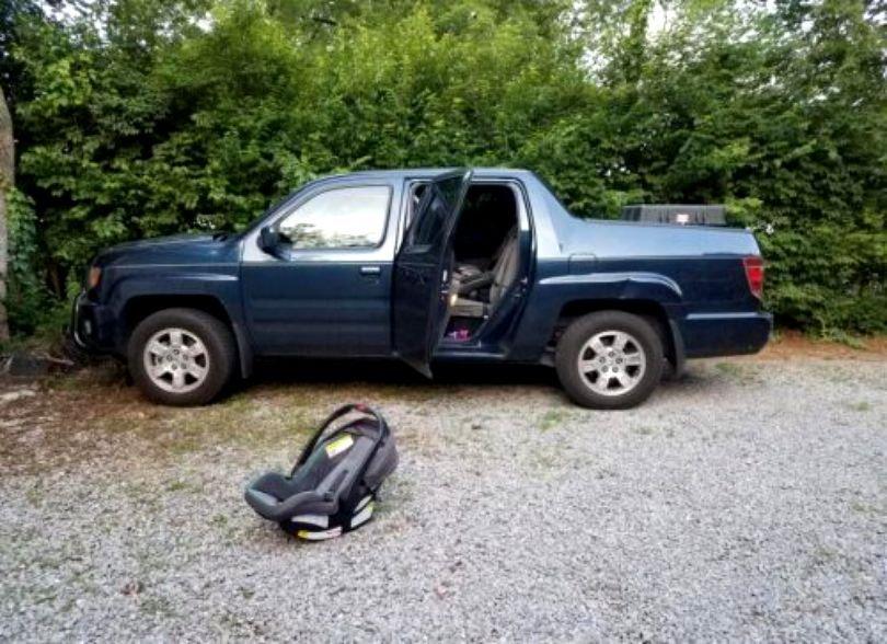 O fetiță de 1 an a murit după ce tatăl ei a uitat-o, o zi întreagă, în mașină