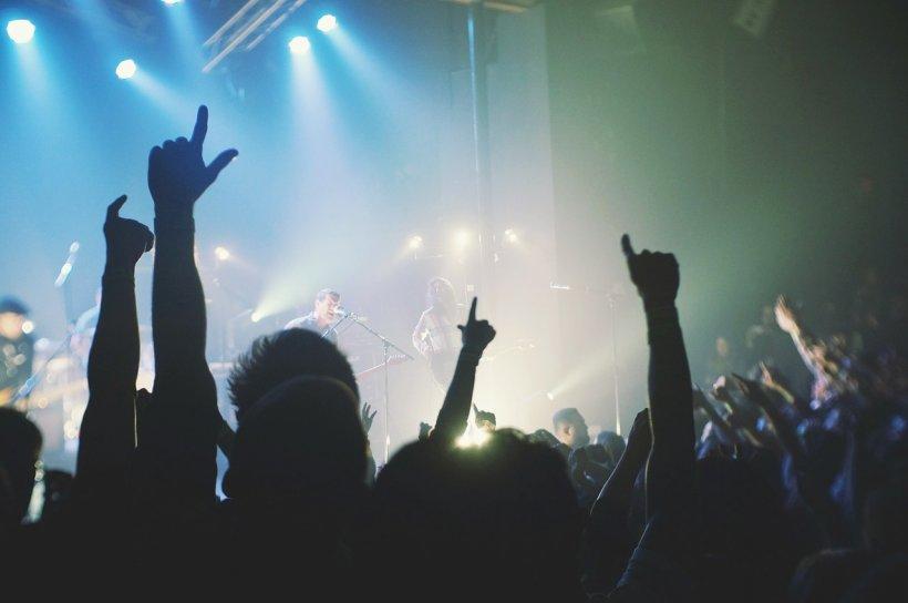 Doi tineri au murit la un festival de muzică. Nimeni nu înțelege ce s-a întâmplat