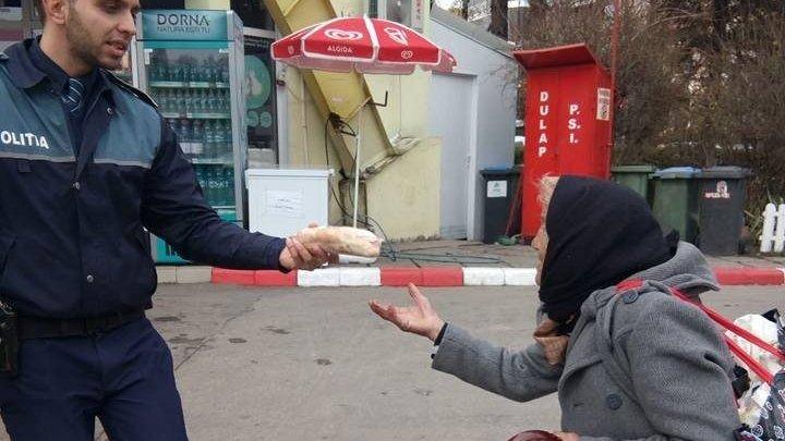 Gestul emoționant pe care l-a făcut un polițist când a văzut o bătrânică plângând lângă o benzinărie. Povestea a devenit virală pe rețelele de socializare