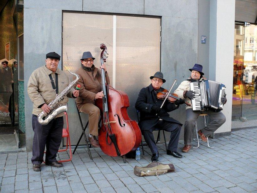 Cântăreții și artiștii stradali primesc cititoare de carduri. Cum le veți putea face donații